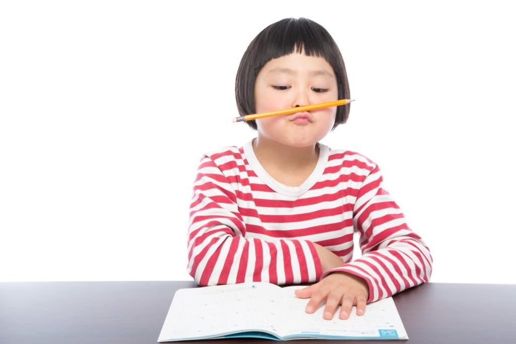 勉強を頑張る女の子
